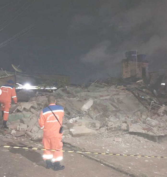 Prédio abandonado desaba na noite desta quinta-feira (09) em Camaçari e mata Cachorro 2